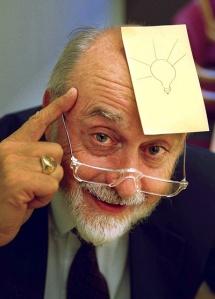 Art Fry oppfant Post-it-lappene og forandret måten vi kommuniserer på. Gul lapp på pannen med lys idé tegnet .